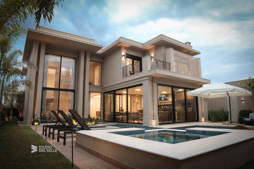 casa com bastante vidro