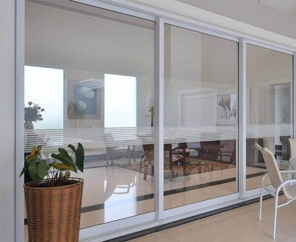 porta branca de vidro