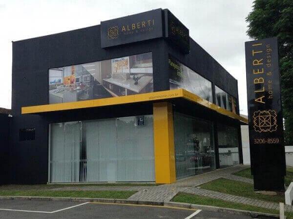 fachada preto com amarelo
