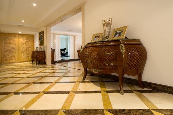 piso geométrico marrom