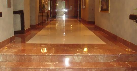 granito marrom no chão