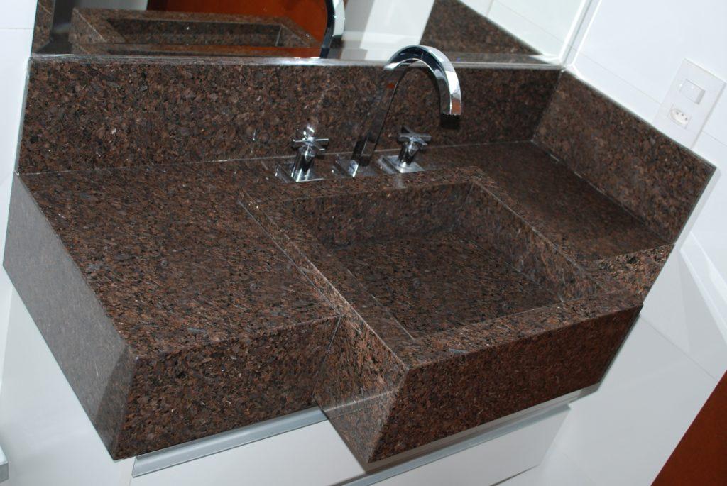 banheiro com bancada de pedra