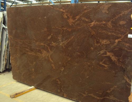 placa de granito marrom