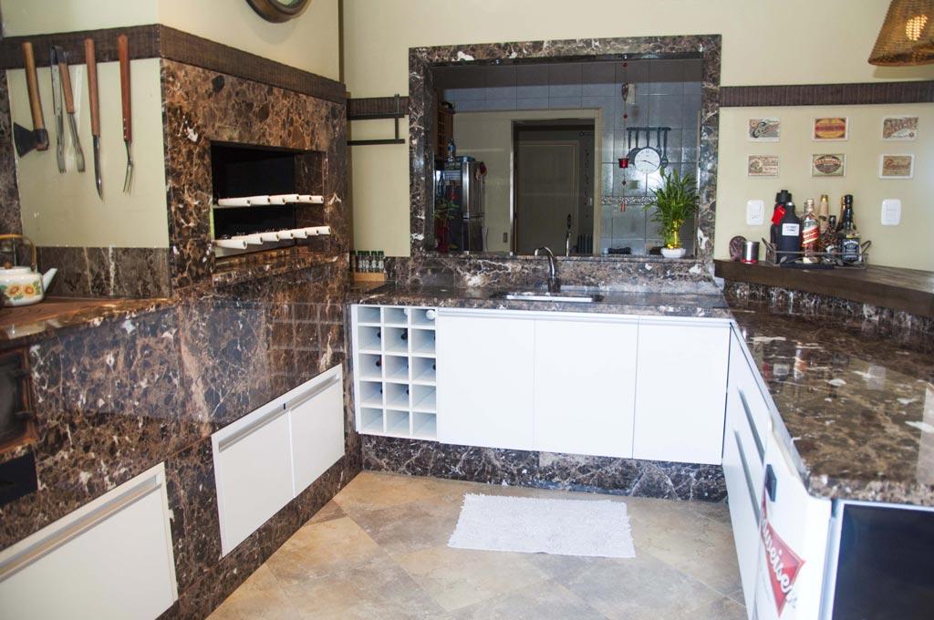 cozinha com pedra marrom