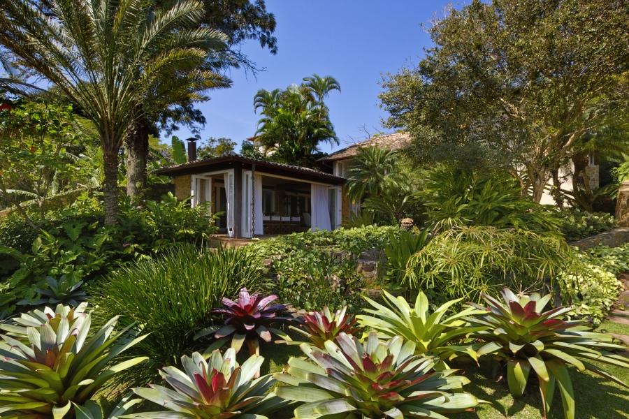 quintal com jardim tropical