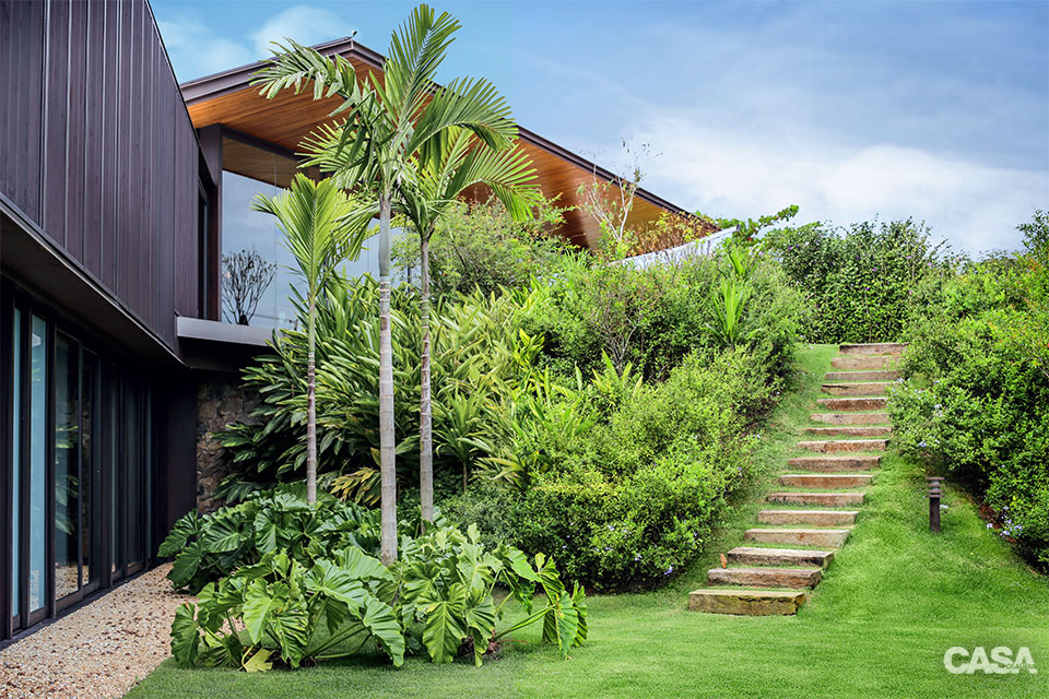 fachada com jardim tropical