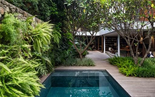 área de piscina com jardim