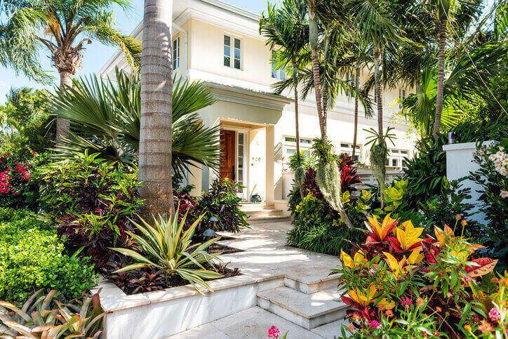 entrada de residência com jardim