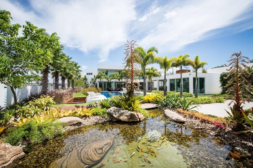 mansão com jardim e lago