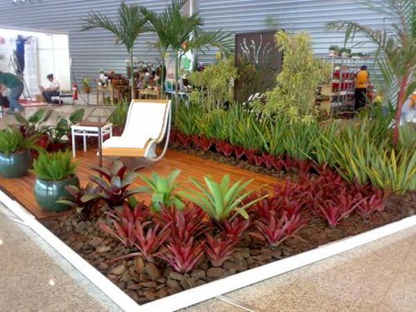 pequena área de descanso com plantas