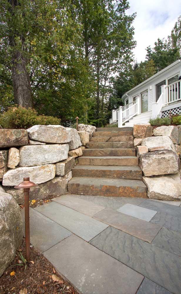 pedras naturais na escada
