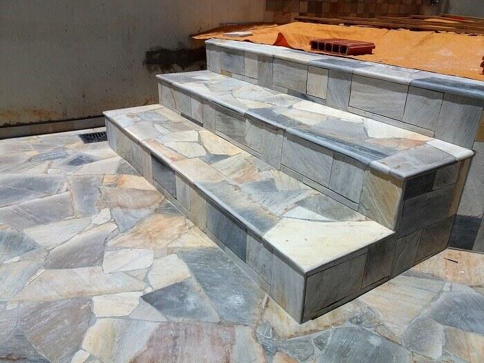 piso de pedras