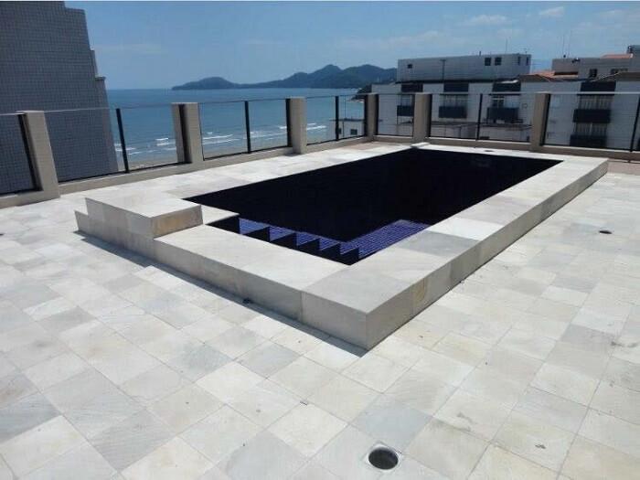 piso para área de piscina