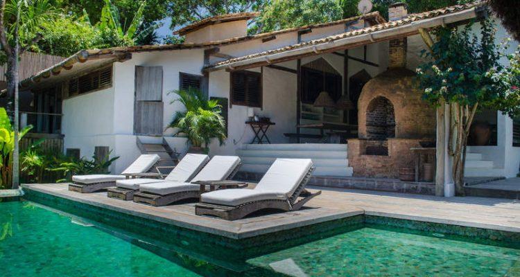 casa antiga com piscina