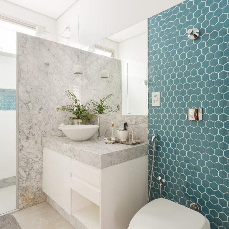 banheiro pastilhado hexagonal
