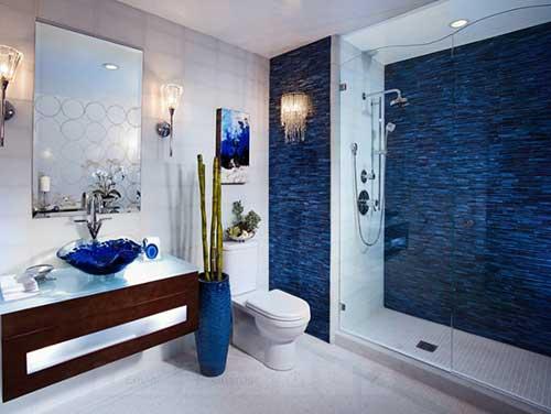 filetes azuis no banheiro