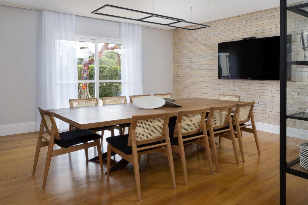 sala de jantar com tv
