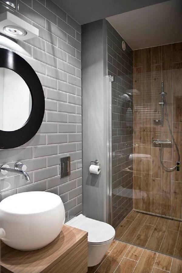 banheiro cinza com madeira