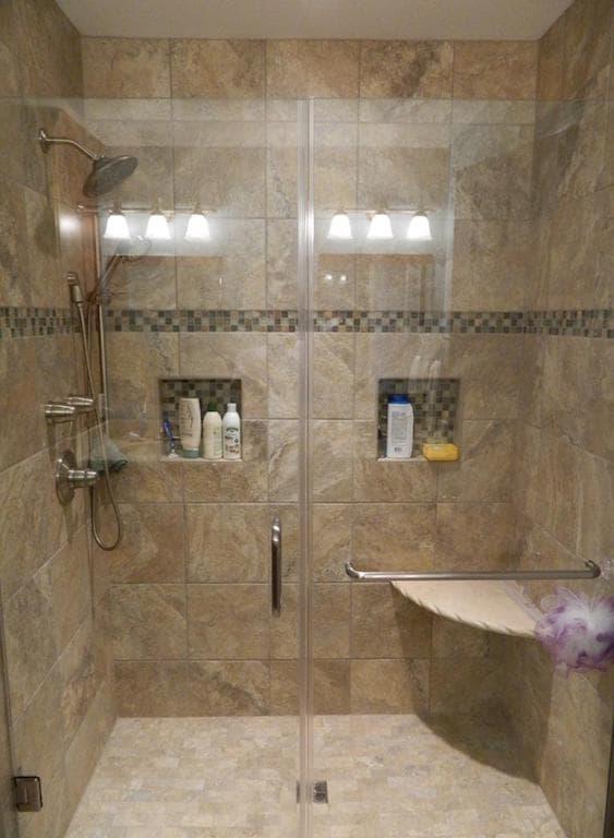 banheiro com pastilha e pedra