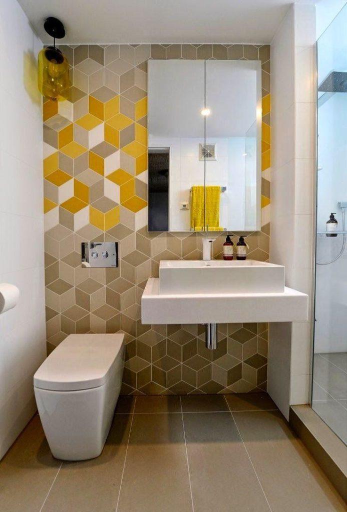 banheiro com amarelo