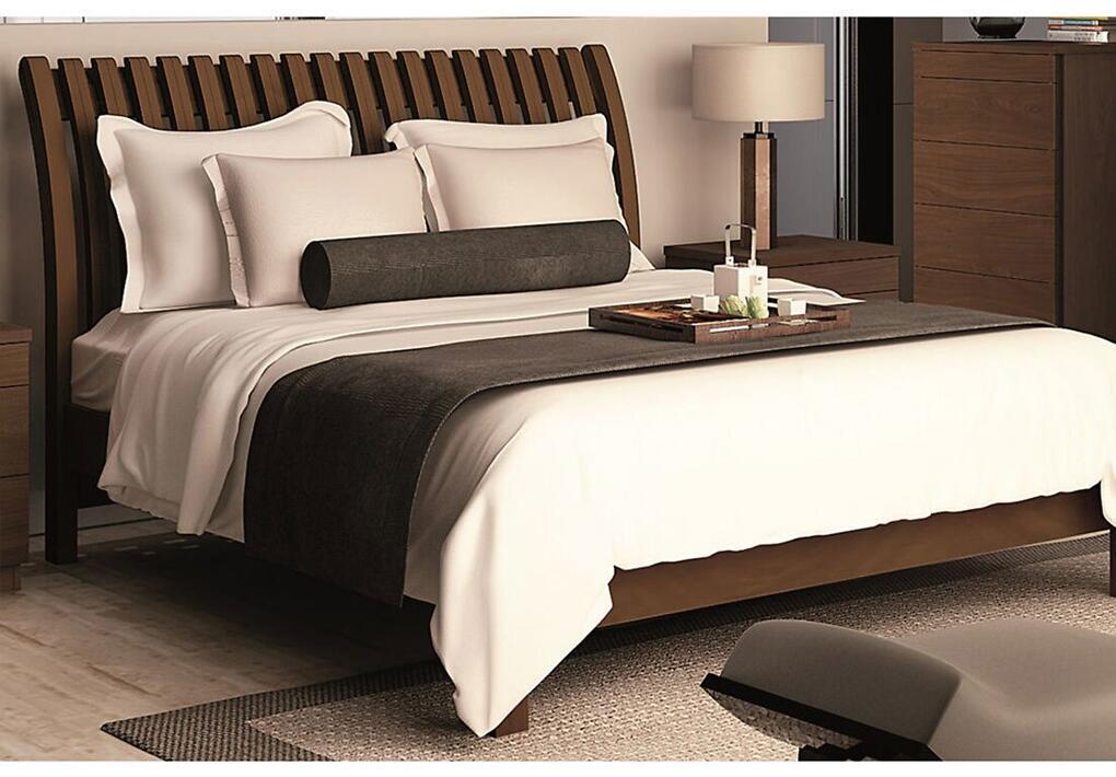 quarto de casal com cama de madeira