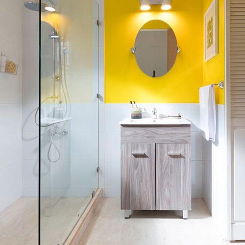 banheiro amarelo e branco