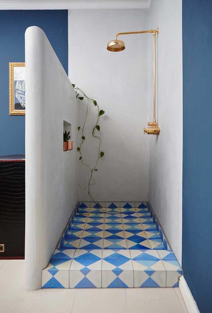 banheiro pintado de azul