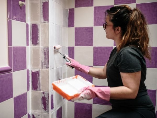 pintando o banheiro tinta para azulejo