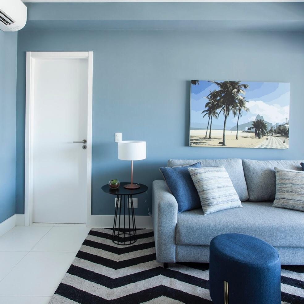 sofá cinza com almofadas azuis