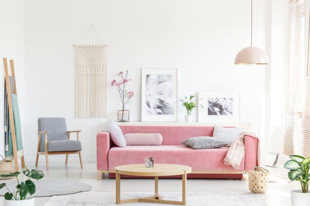 sofá rosa pastel