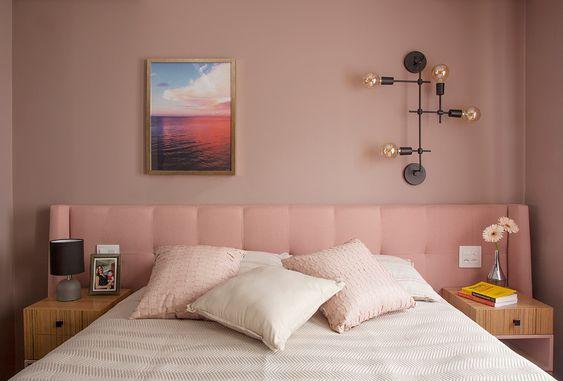 cabeceira e parede rosa