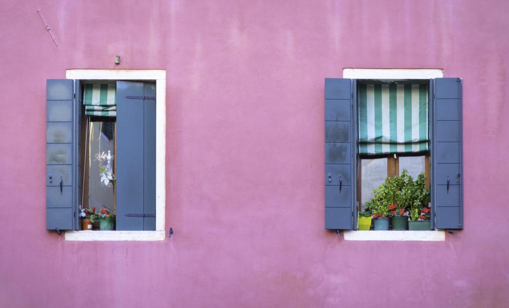 janelas azuis e brancas