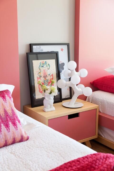 quadro com móvel rosa