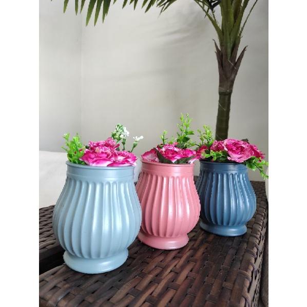 vasos coloridos com flores