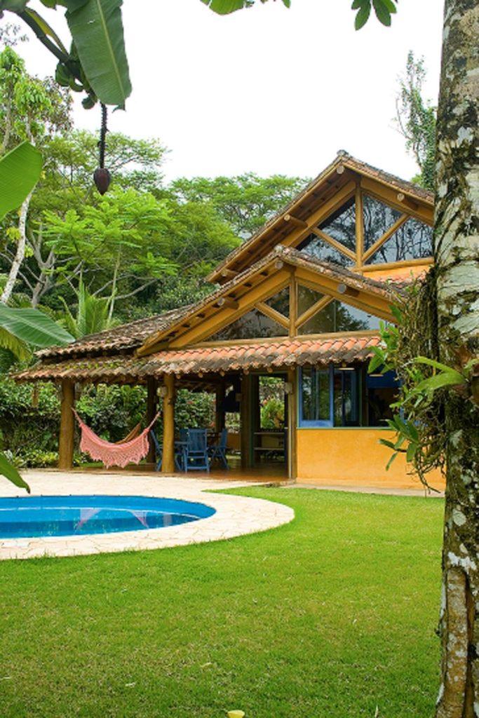 casa de madeira com piscina