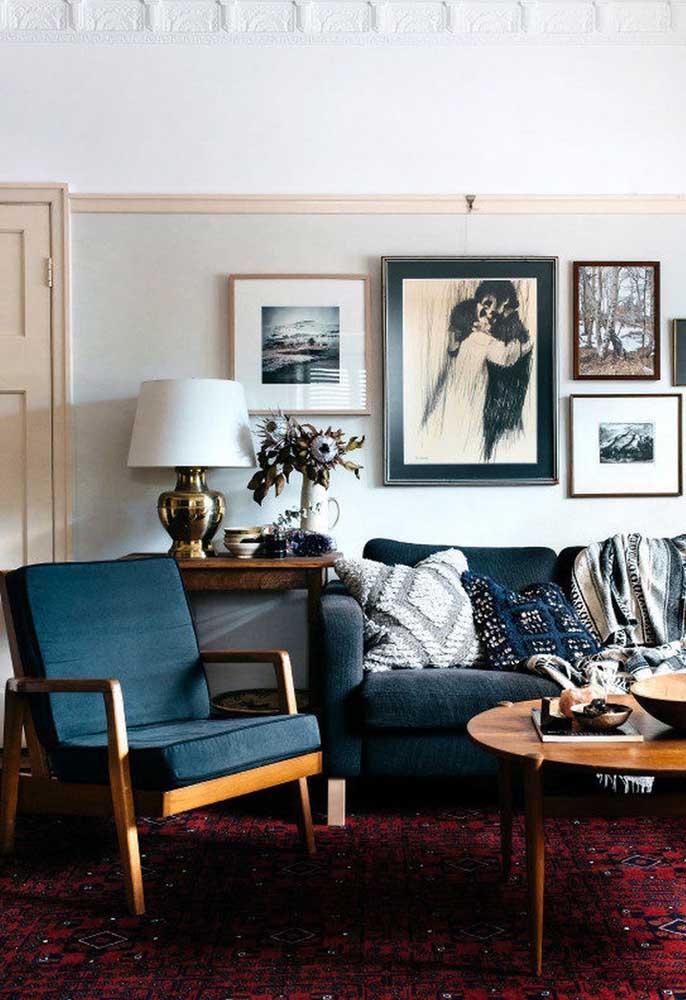 azul petróleo no sofá